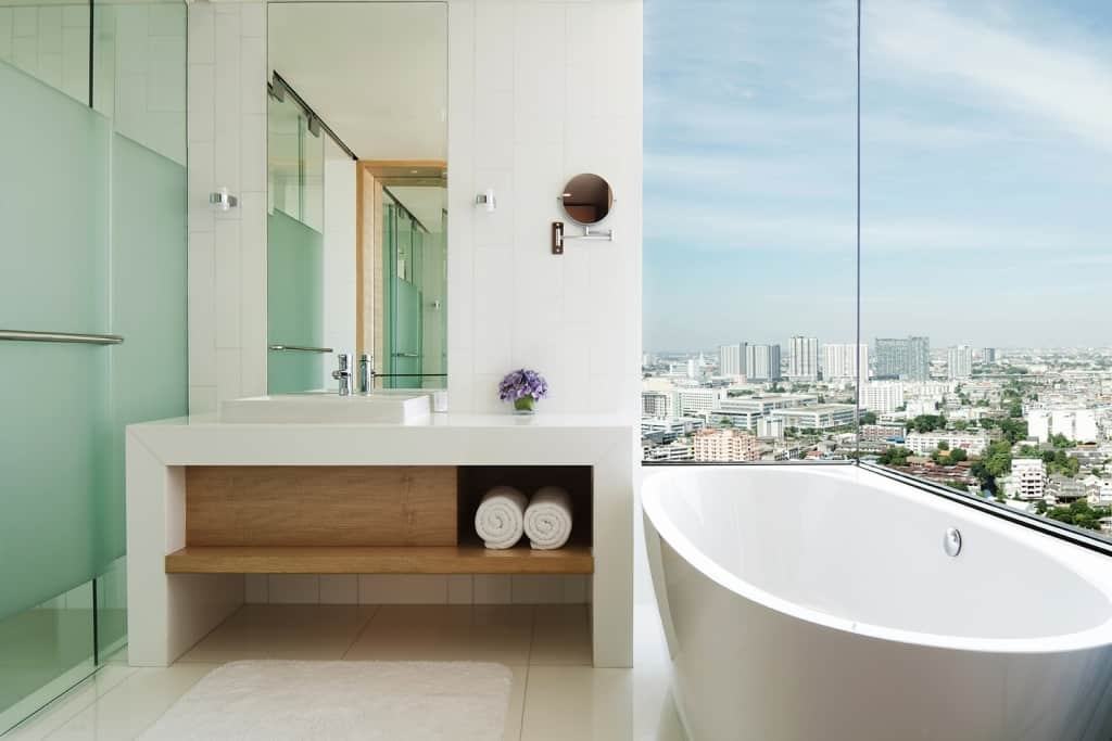 Bathroom en suite at the Avani Riverside Bangkok Hotel